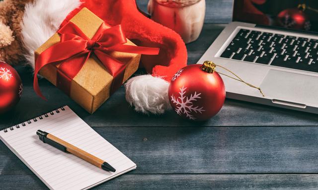 closed-christmas-empty-desk-640px